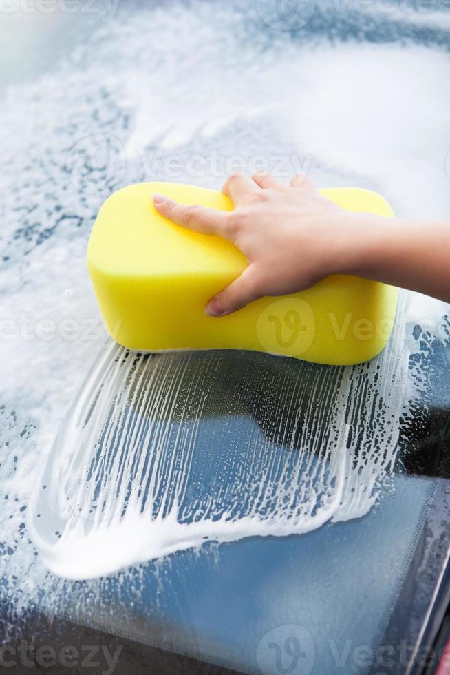 parabrezza lavamani con spugna gialla foto