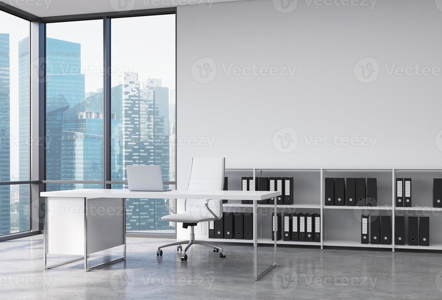 CEO sul posto di lavoro in ufficio con Singapore foto