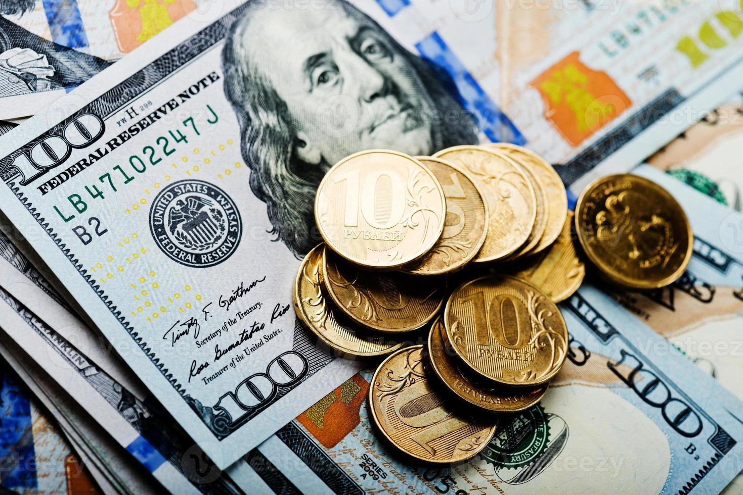 rubli russe monete su banconote di dollari foto