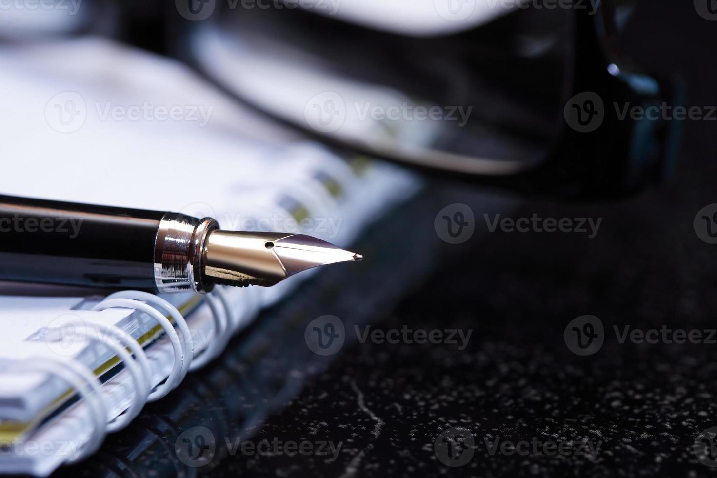 penna stilografica e taccuino foto