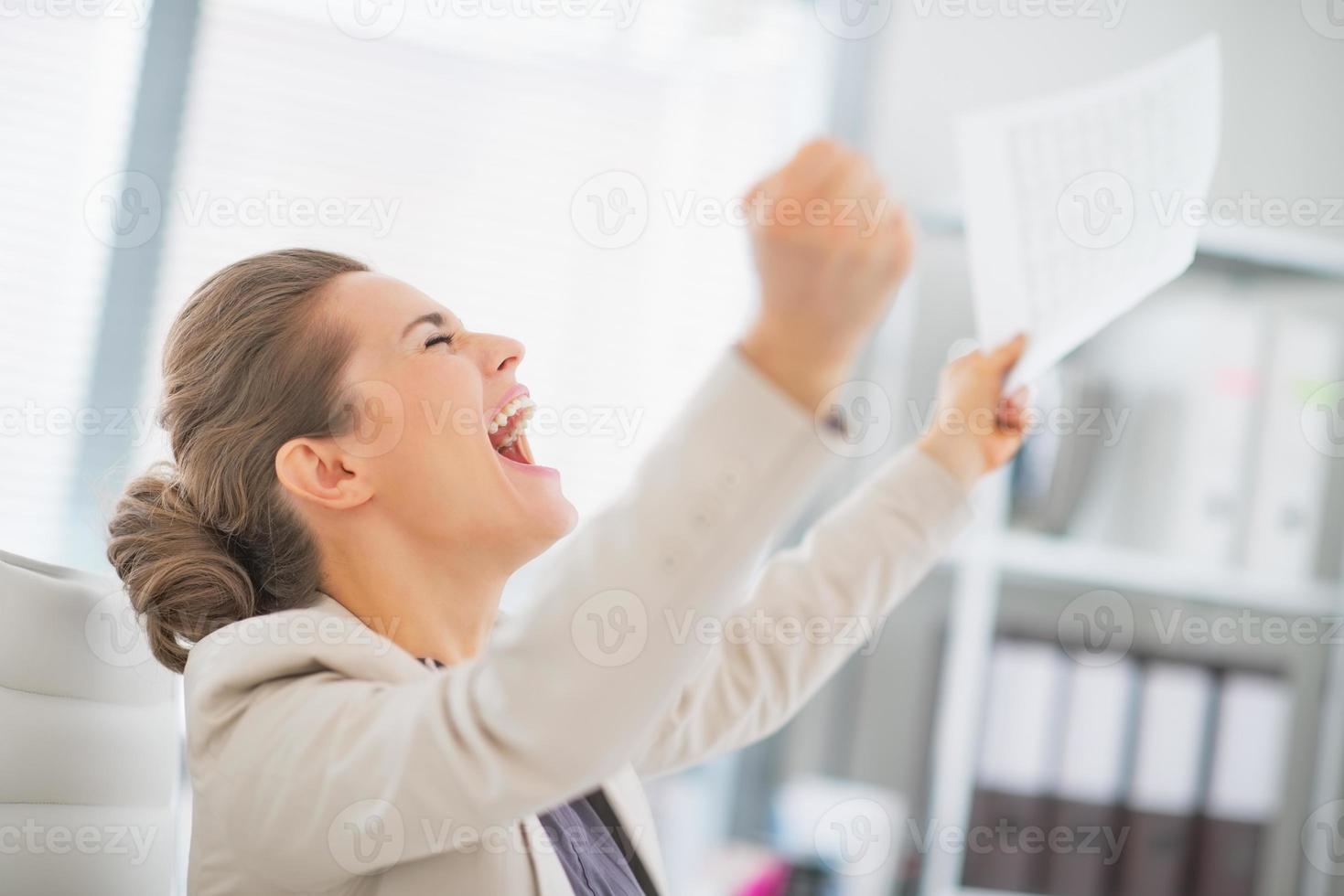 donna d'affari felice in ufficio esultanza successo foto