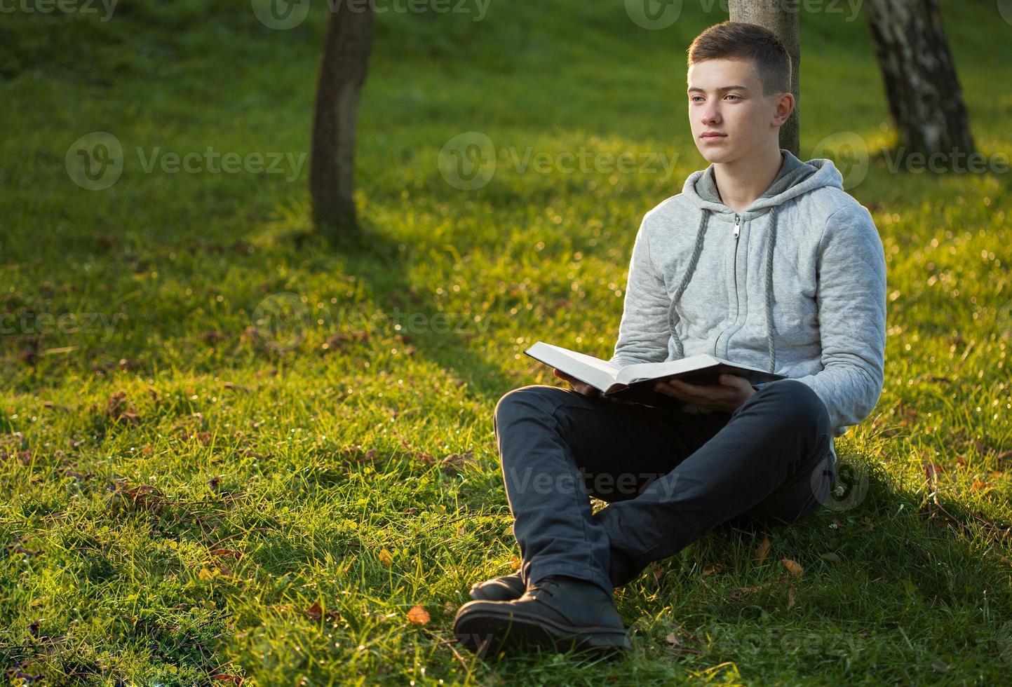 bibbia della lettura del giovane foto