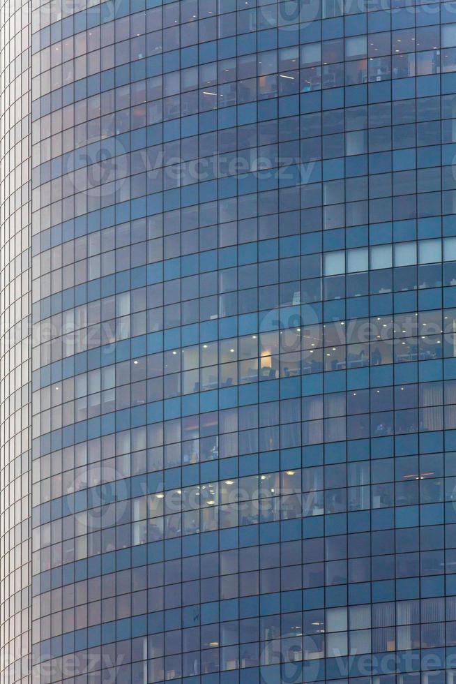 alto edificio in vetro nel centro della città. grattacielo foto