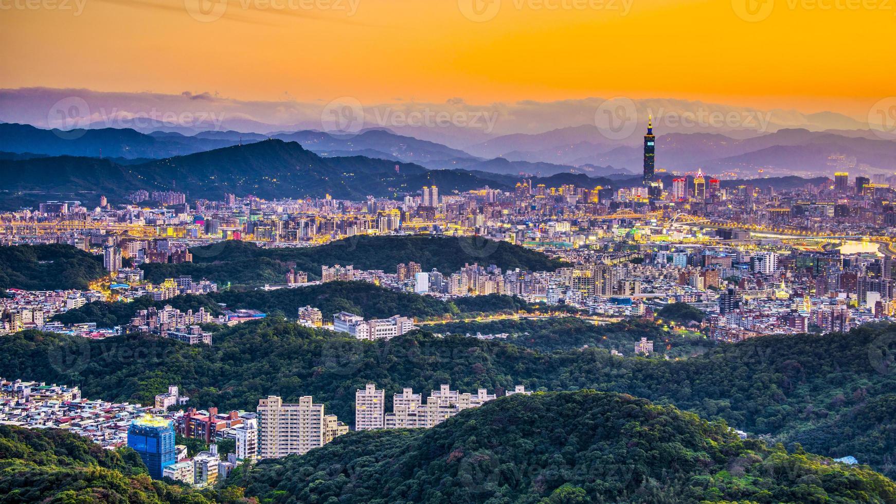 una foto dalle colline dello skyline di Taipei all'alba