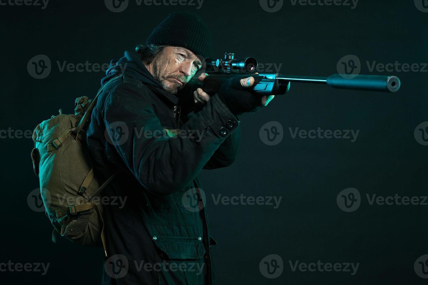 cecchino con la barba nella pistola nera. colpo dello studio. foto