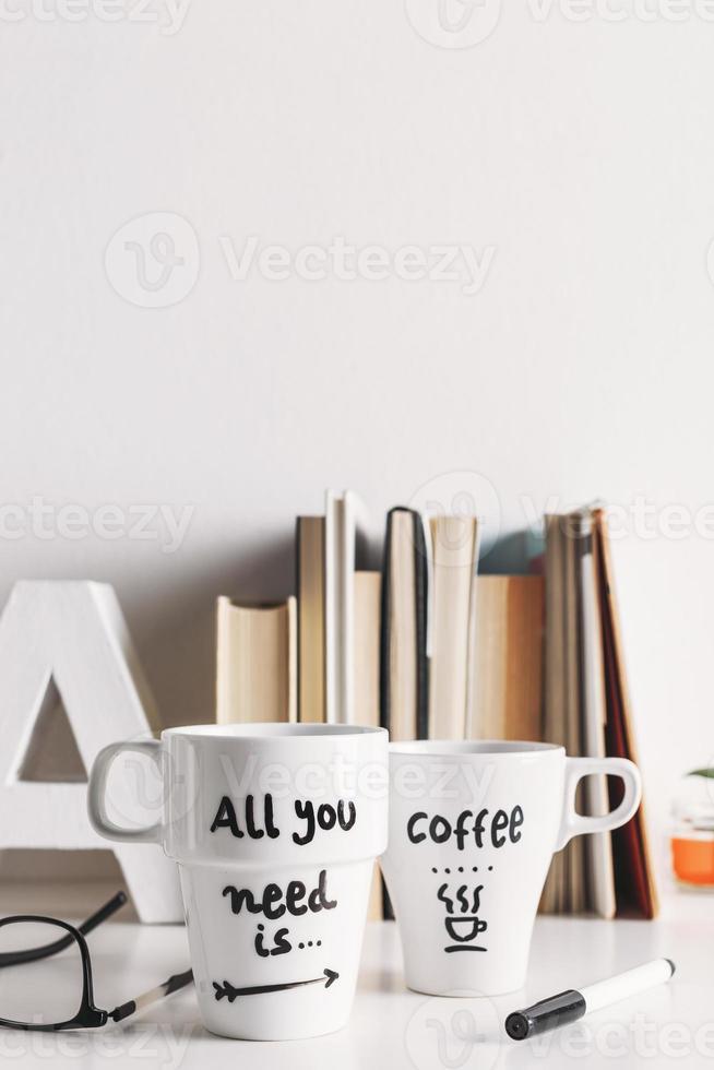 due tazze da caffè bianche con decorazioni fai da te. foto