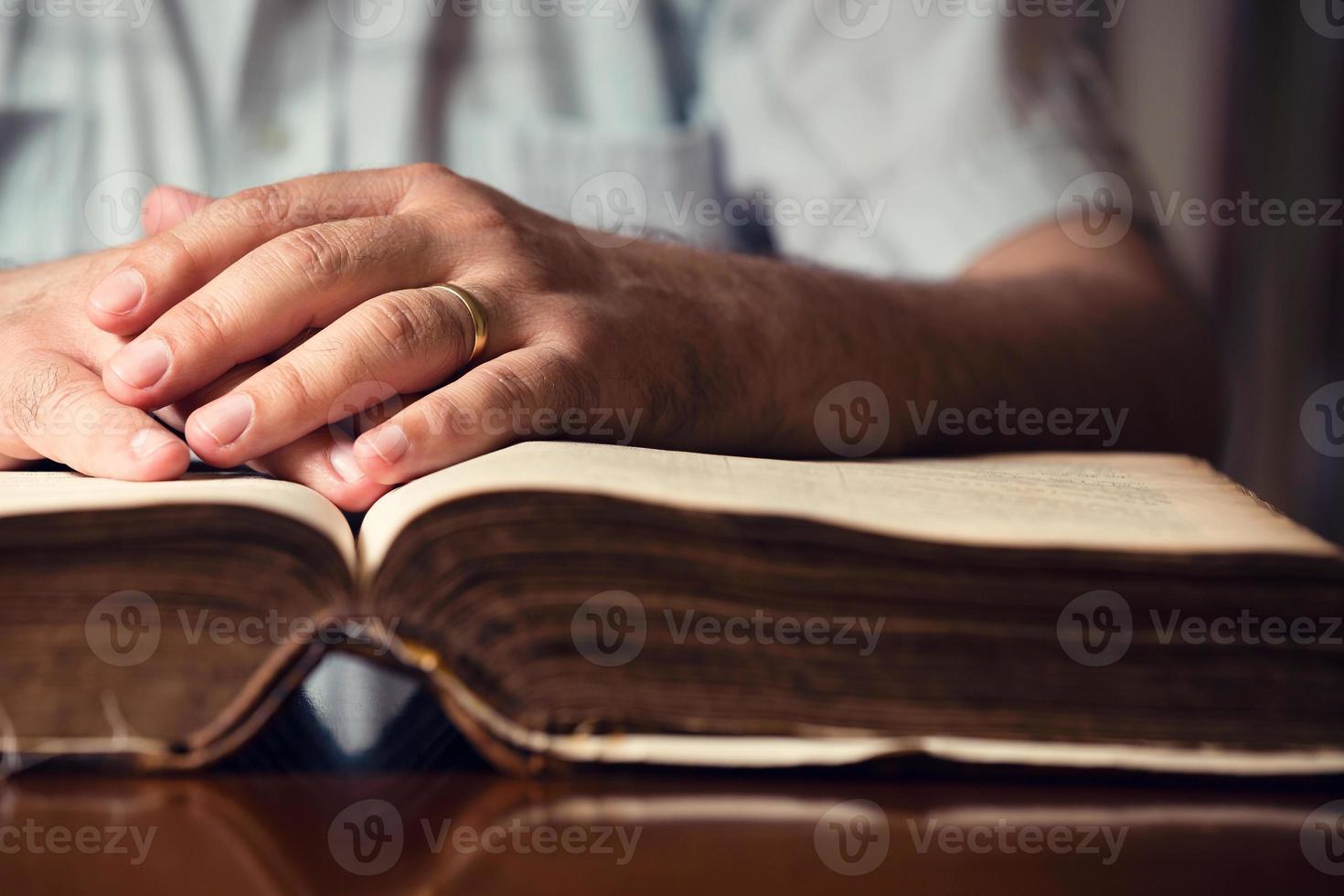 Bibbia sulla mano foto