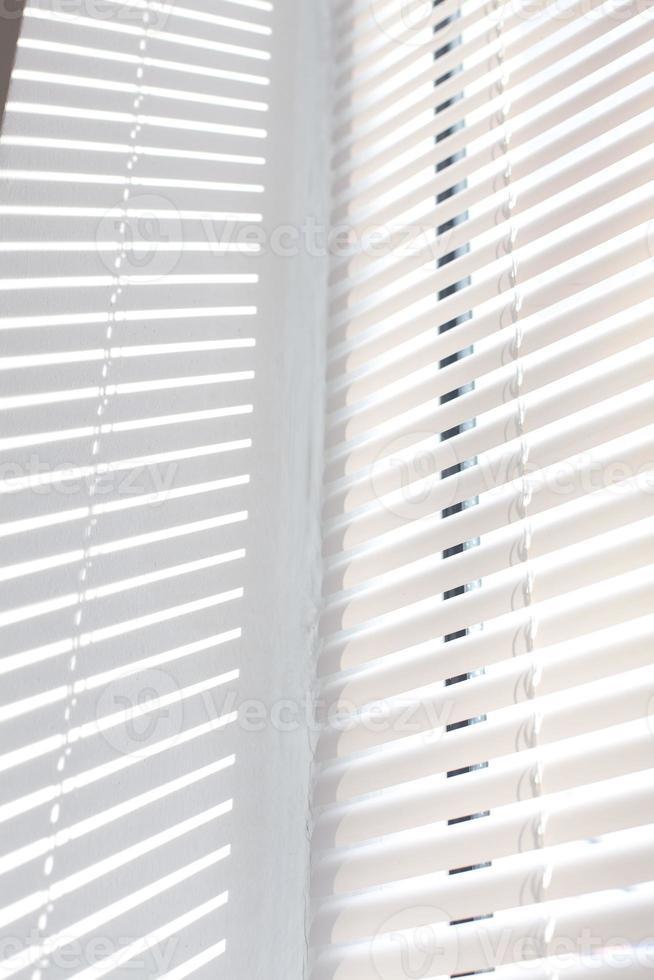 la luce del sole che passa attraverso le tende alla finestra foto