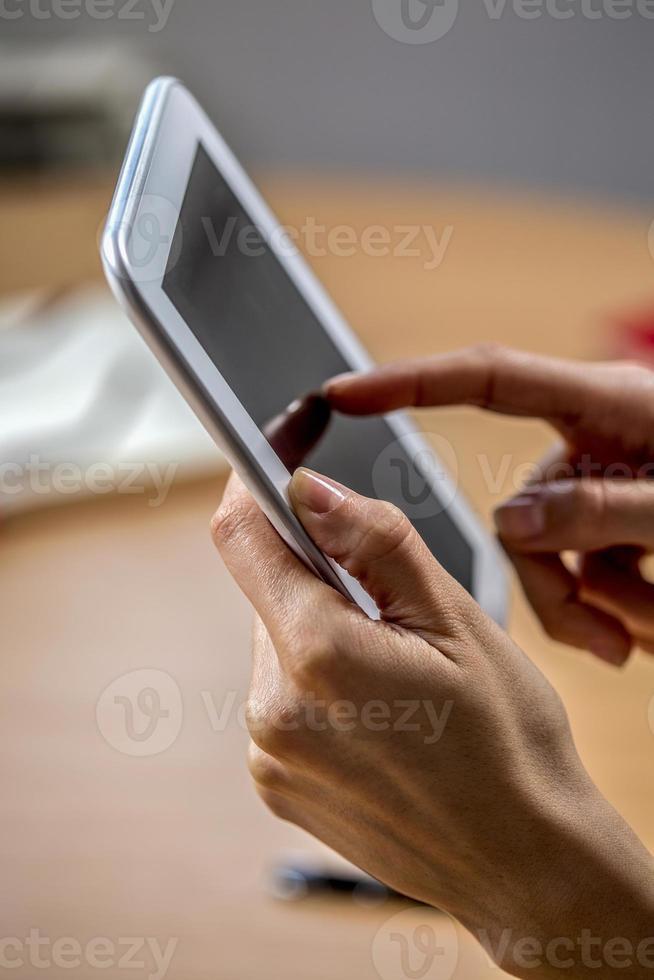 donna che lavora su un tablet foto