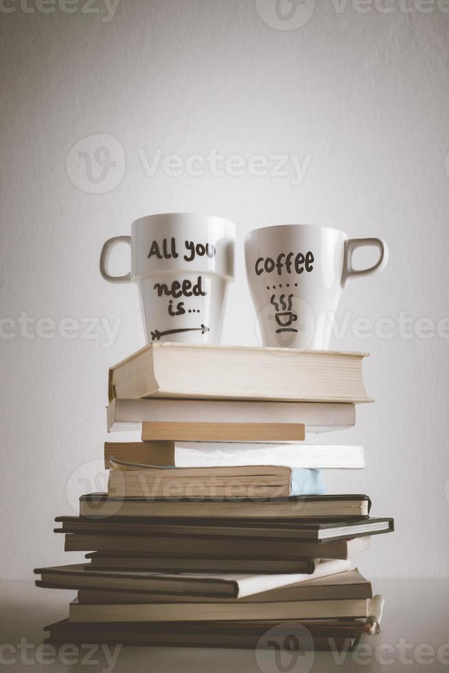 due tazze da caffè bianco con decorazioni fai-da-te su effetto vintage. foto
