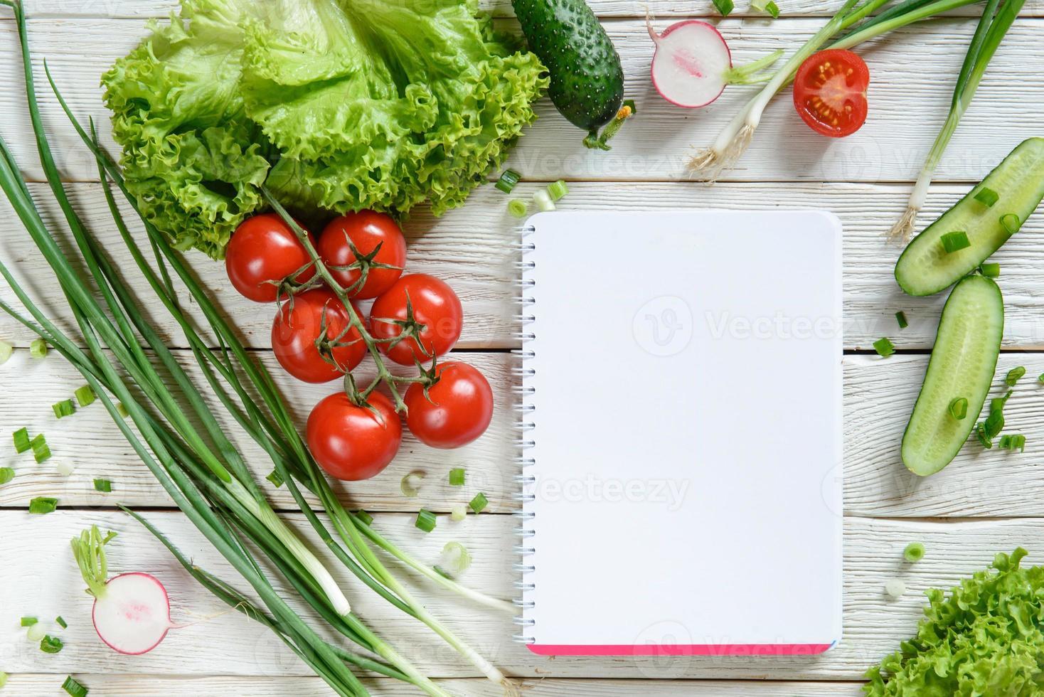 lista della spesa con insalata di verdure foto