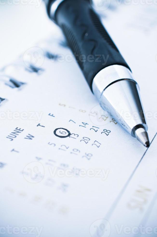 penna segnata giorno sul calendario. foto