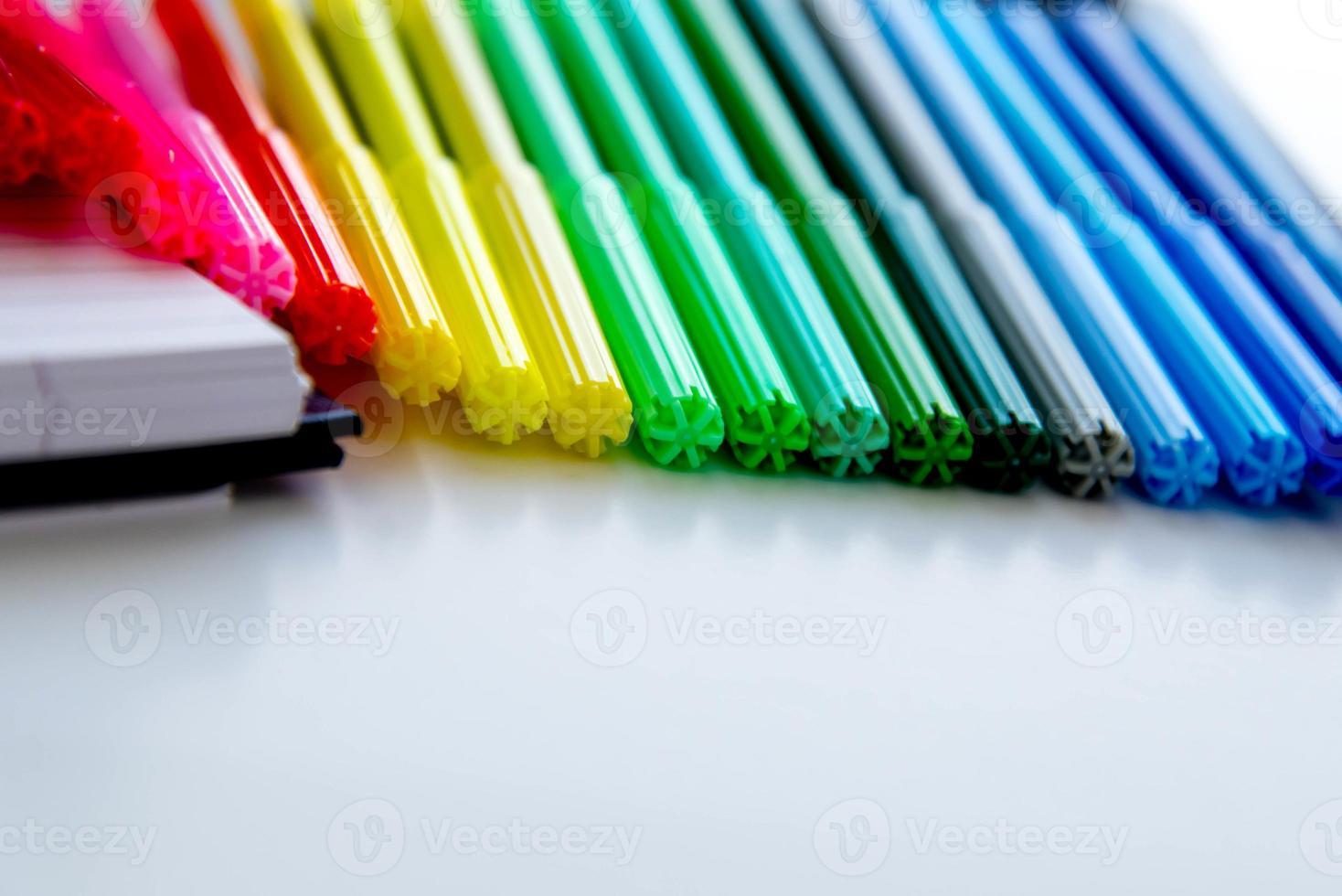ritorno a materiale scolastico, pennarelli colorati, gomme da cancellare foto