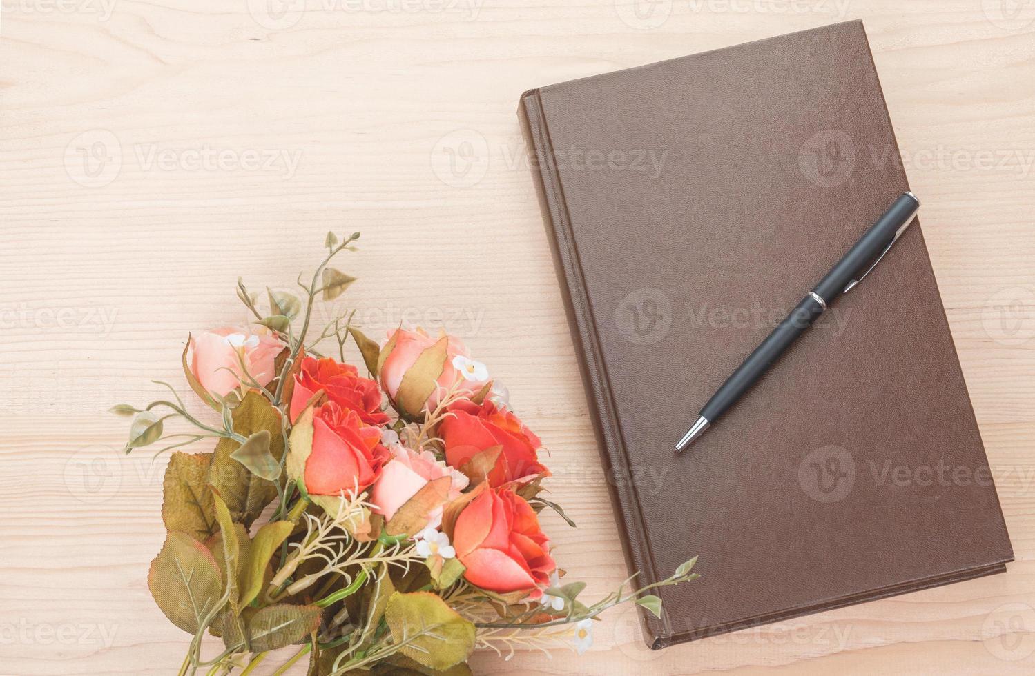 libro retrò su sfondo di legno foto