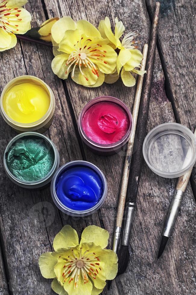 pittura ad olio a quattro colori e pennello vecchio foto
