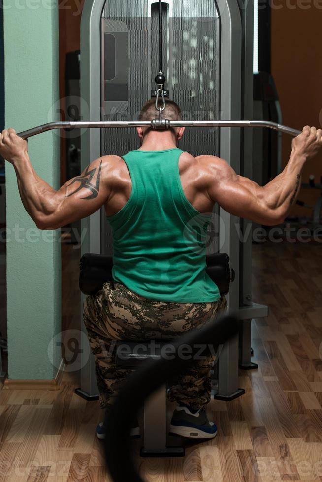 culturista che fa esercizio pesante per la schiena foto