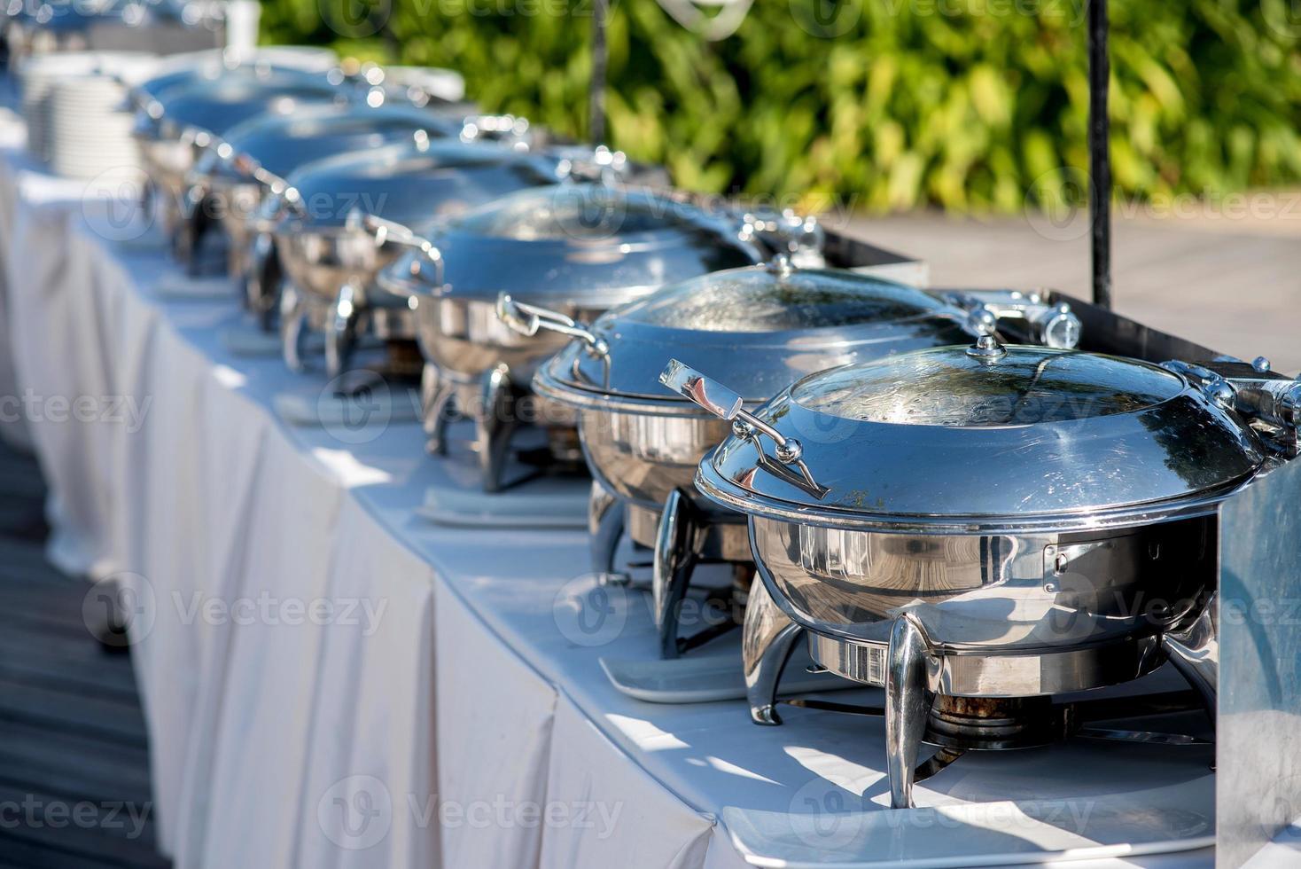 tavolo da buffet con fila di pentole a vapore per servizio di ristorazione foto