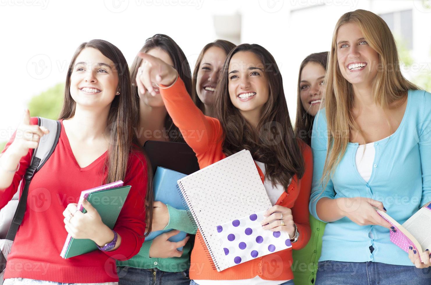 giovani studenti sorridenti foto