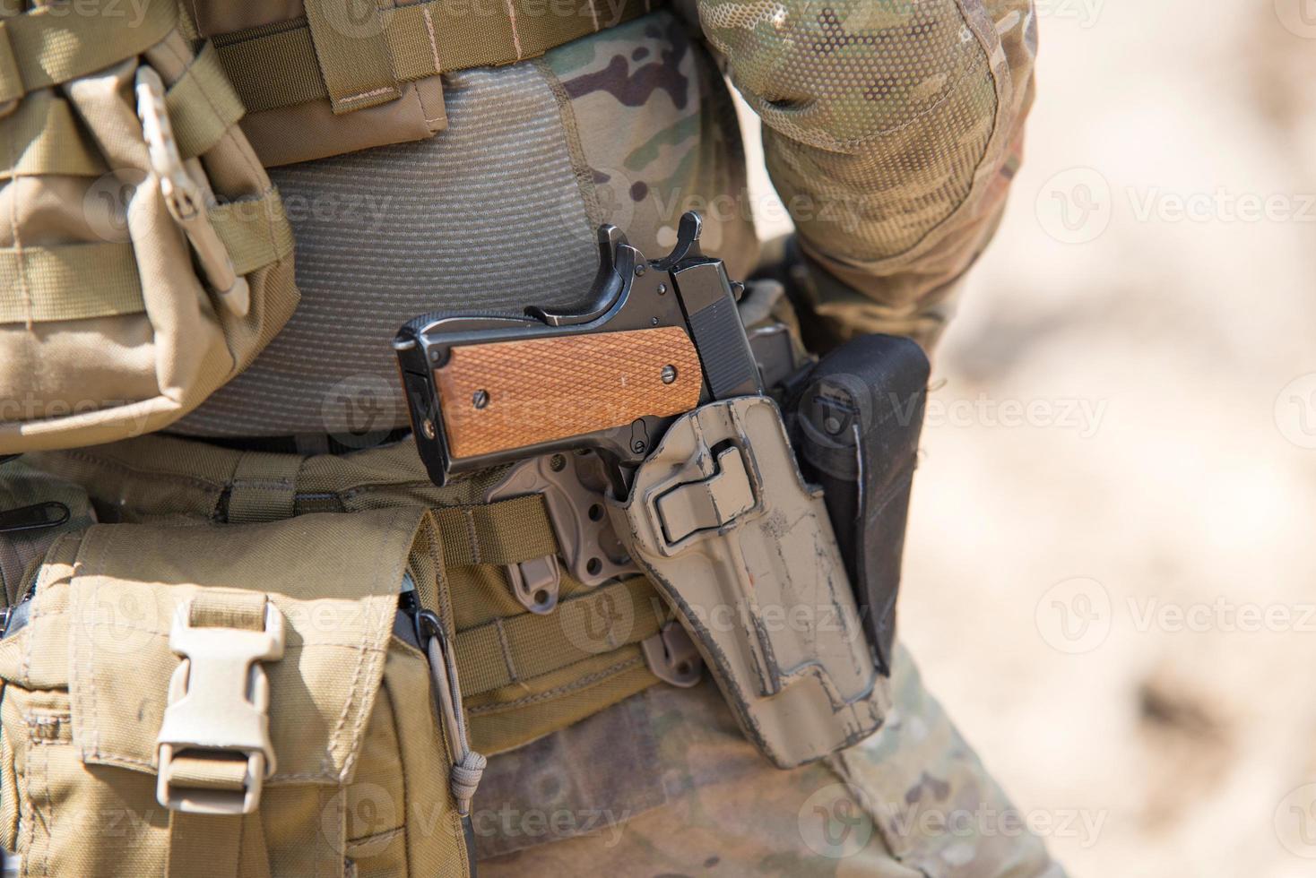 uniforme dell'esercito delle forze speciali dell'esercito americano, da vicino sulla pistola foto
