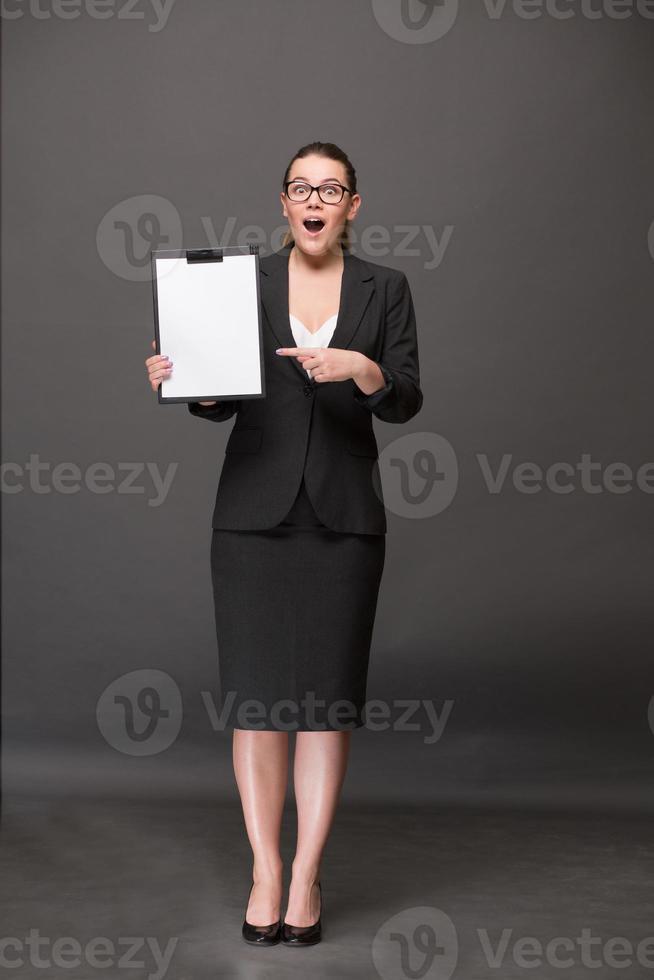 imprenditrice in possesso di un bordo di clip foto