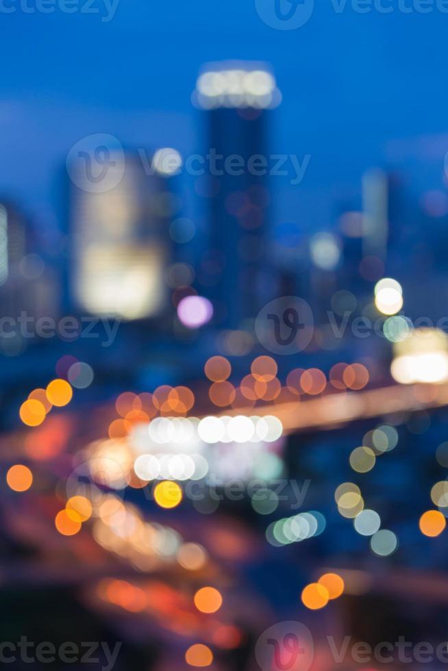 traffico cittadino durante il crepuscolo foto