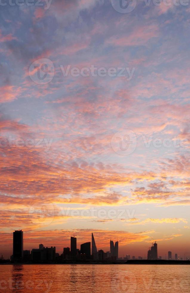 bellissimo cielo dorato e bahrain skyline foto