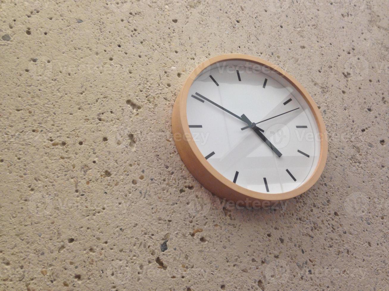 semplice orologio da parete analogico classico foto