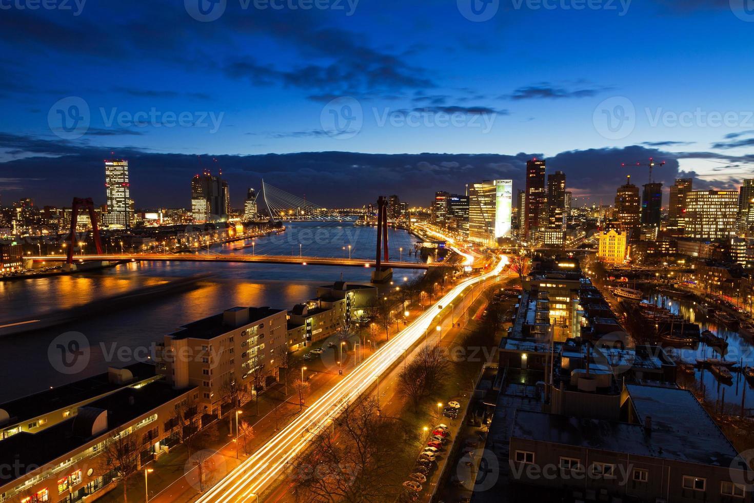 skyline di twilight di Rotterdam foto