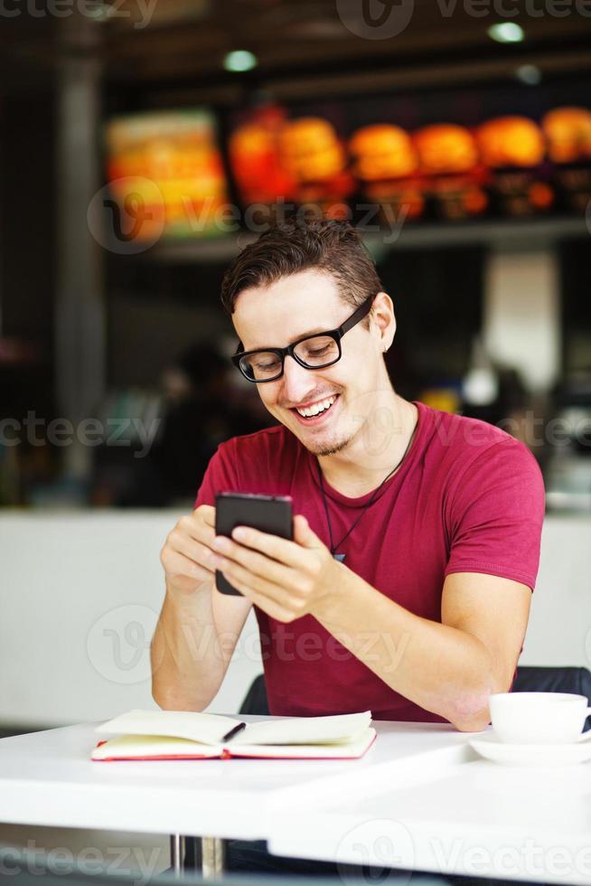 uomo che tiene il suo telefono foto