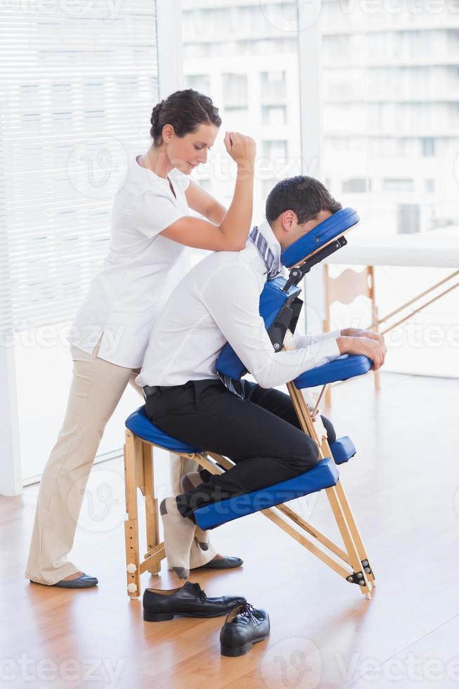 uomo d'affari con massaggio alla schiena foto