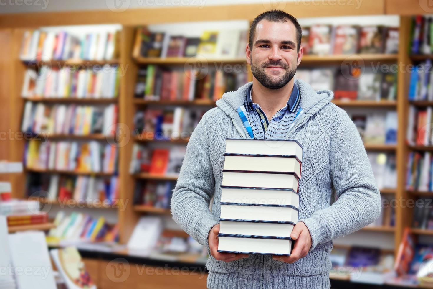 uomo in biblioteca foto