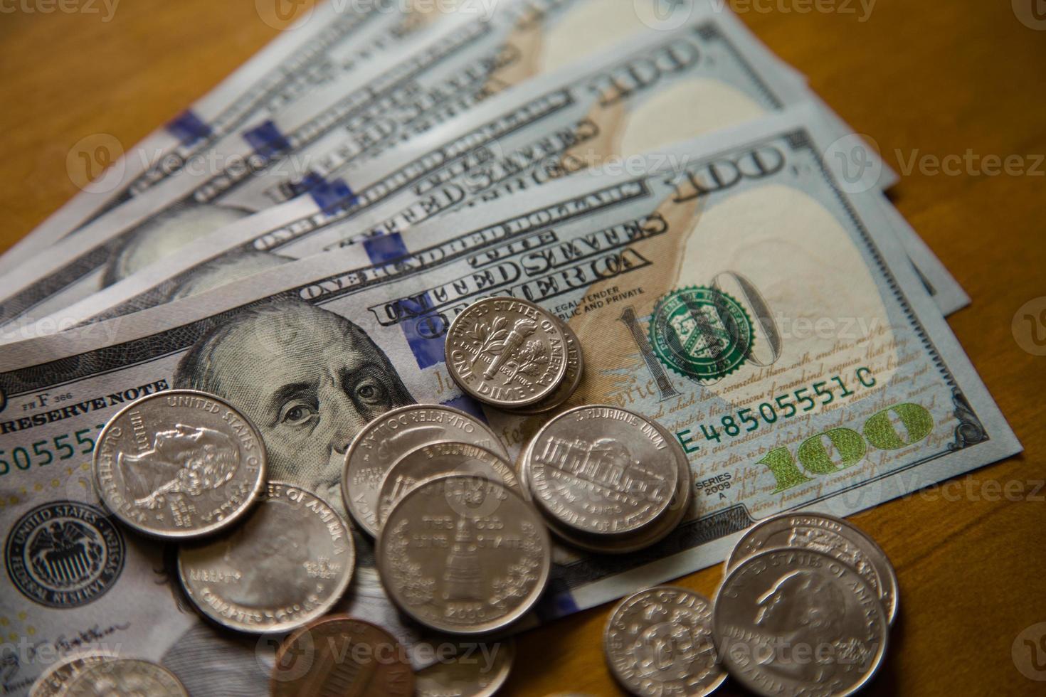 monete e banconote di dollari. foto