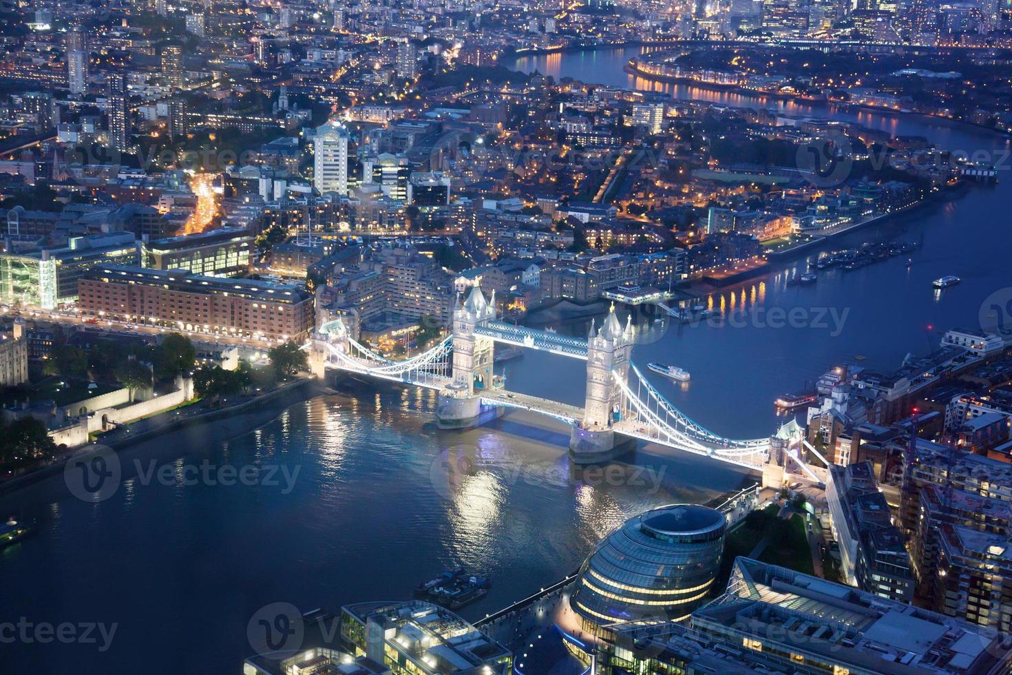 Londra di notte con architetture urbane e tower bridge foto