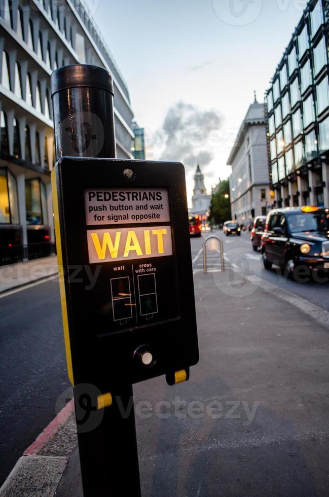 strade del centro di Londra con la luce del passaggio pedonale foto
