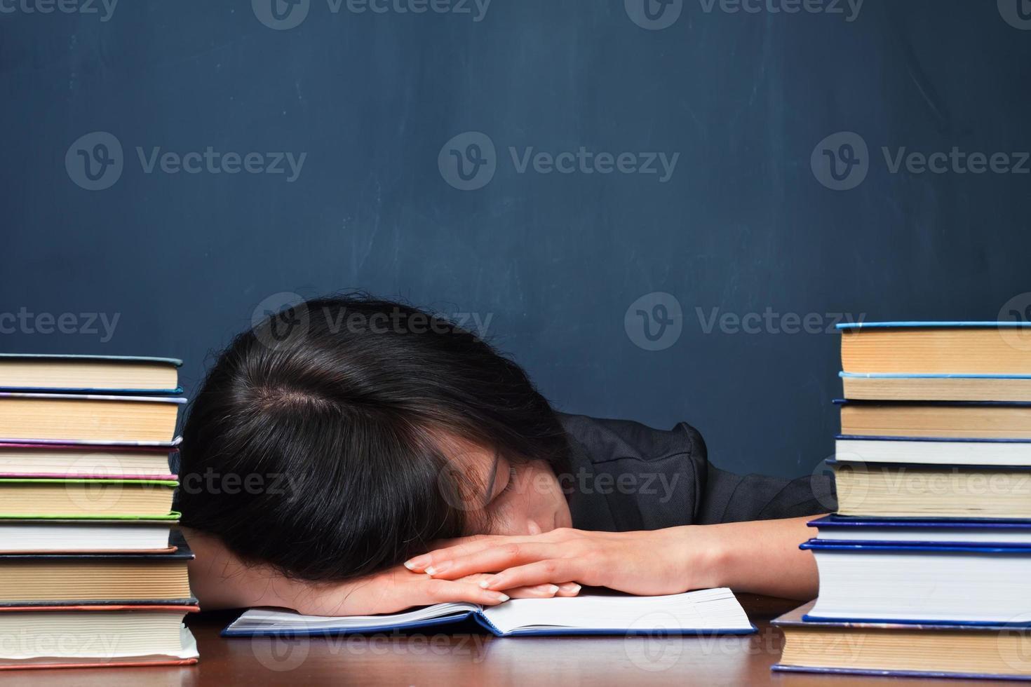 donna stanca in biblioteca foto