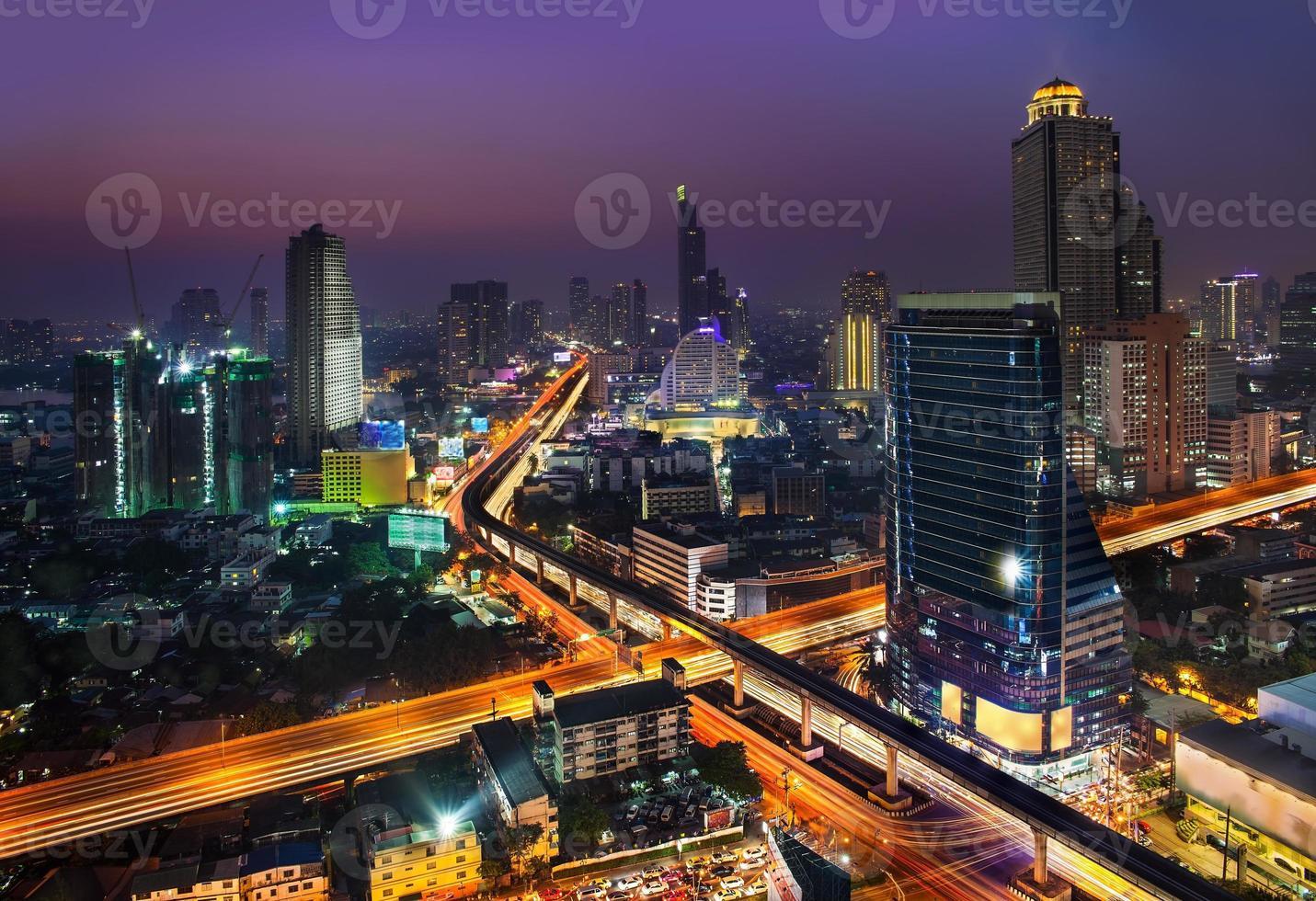 skyline della città urbana di notte, bangkok, thailandia. foto