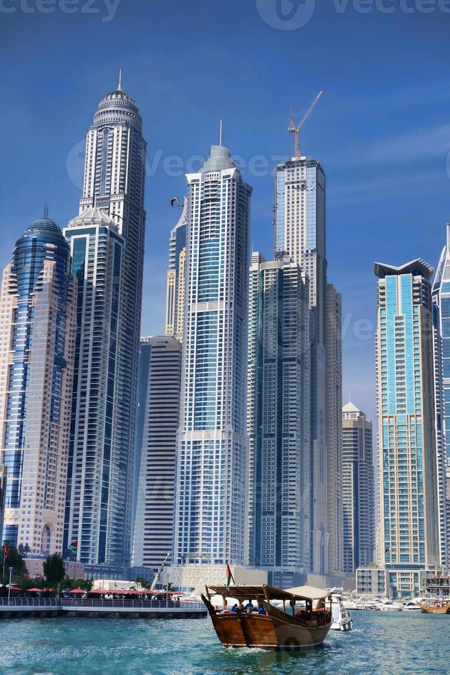 marina di Dubai con grattacieli e barche negli Emirati Arabi Uniti foto