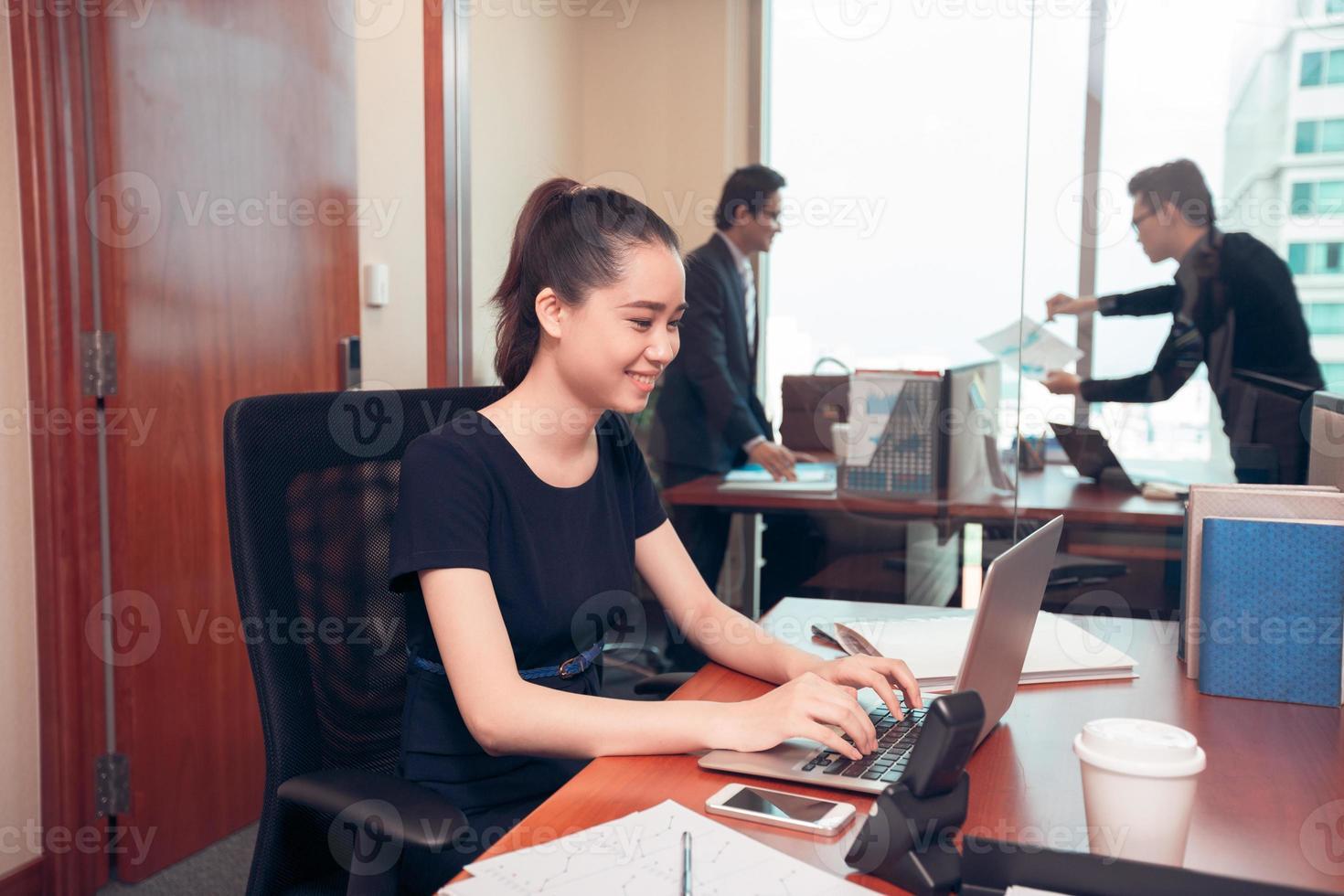 giovane donna d'affari foto