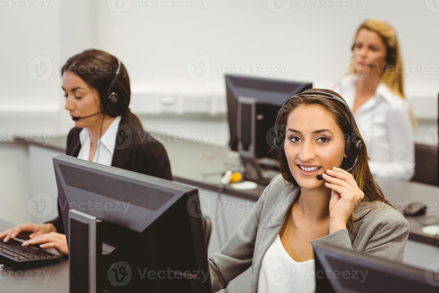 agente sorridente del call center che parla sull'auricolare foto