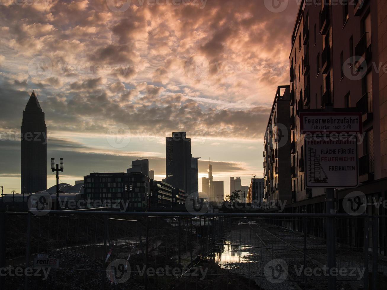 edifici commerciali all'alba a francoforte, germania foto