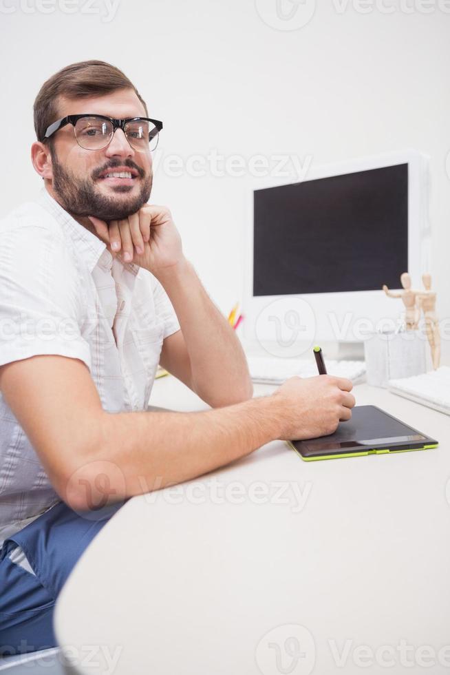 designer casual che utilizza una tavoletta grafica foto