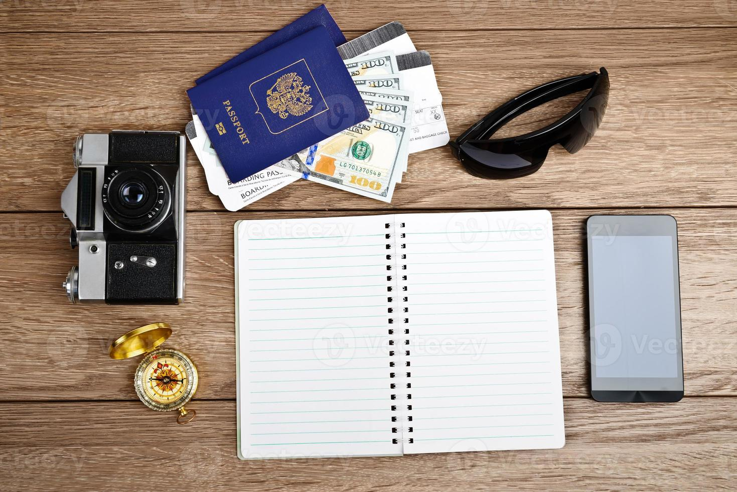 concetto di turismo: biglietti aerei, passaporti, smartphone, bussola, ca foto