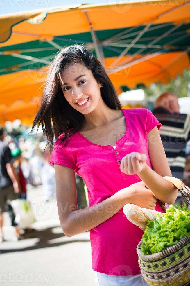 gli agricoltori in buona salute della giovane donna commercializzano gli ortaggi freschi di frutta degli organici foto