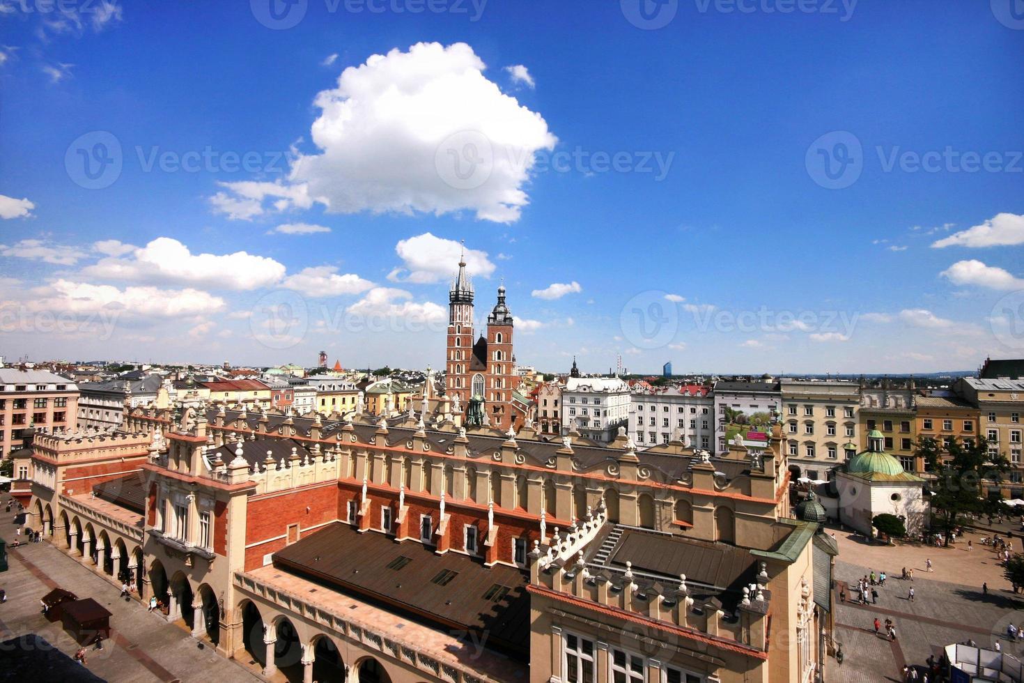 chiesa di santa maria nel centro storico di cracovia sulla piazza principale foto
