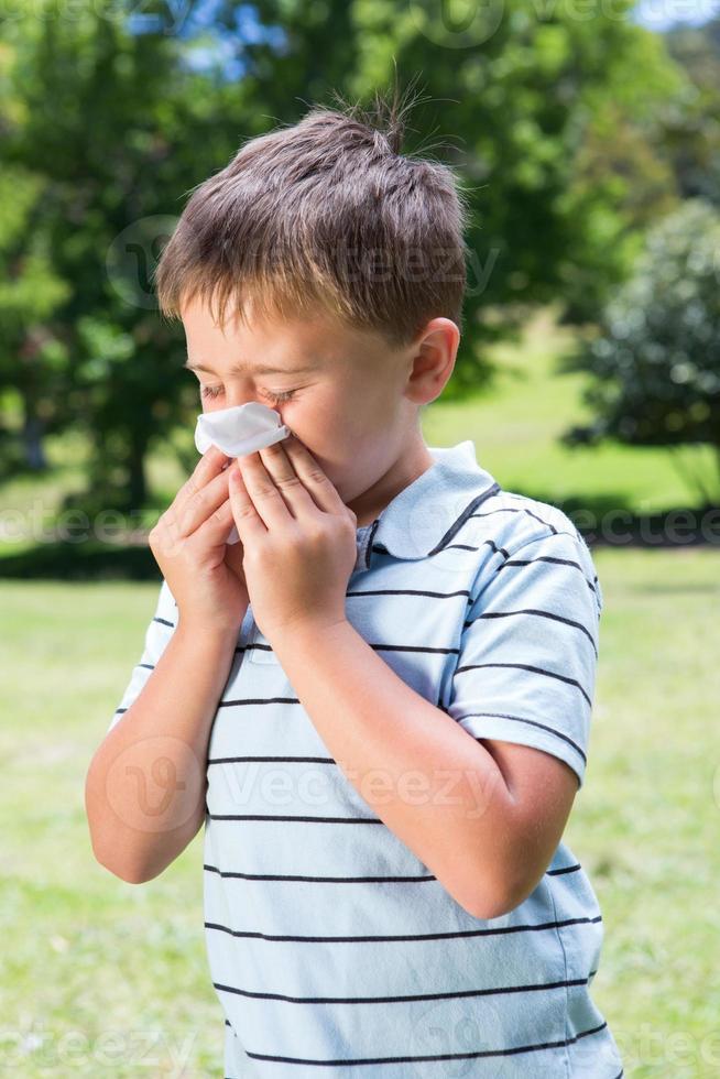 ragazzino che soffia il naso foto