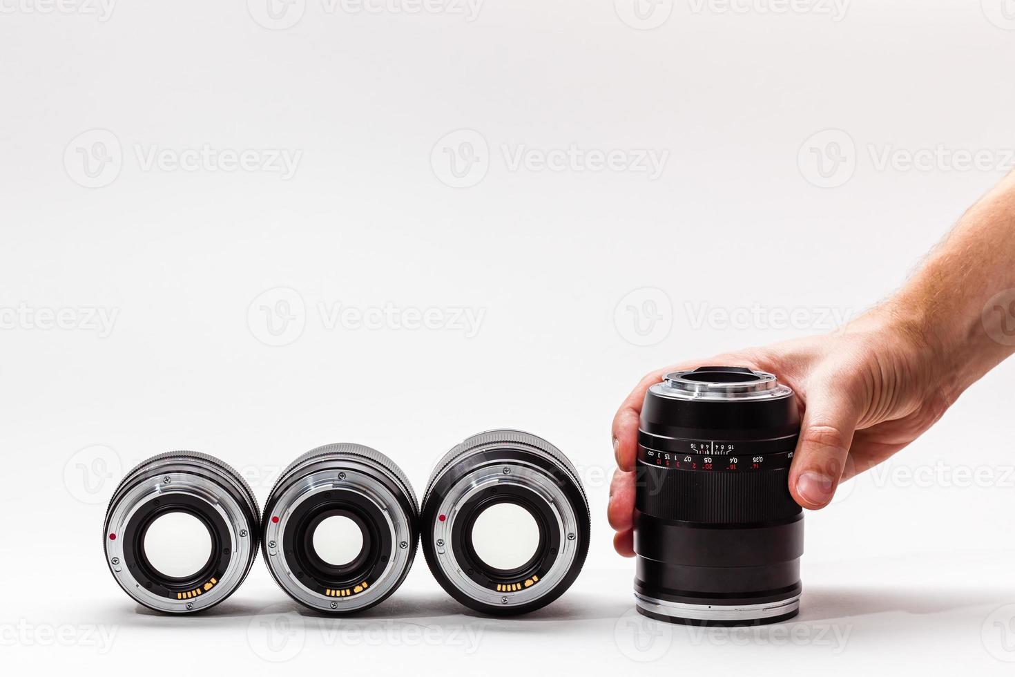 numero di lenti costose con la mano dell'uomo foto