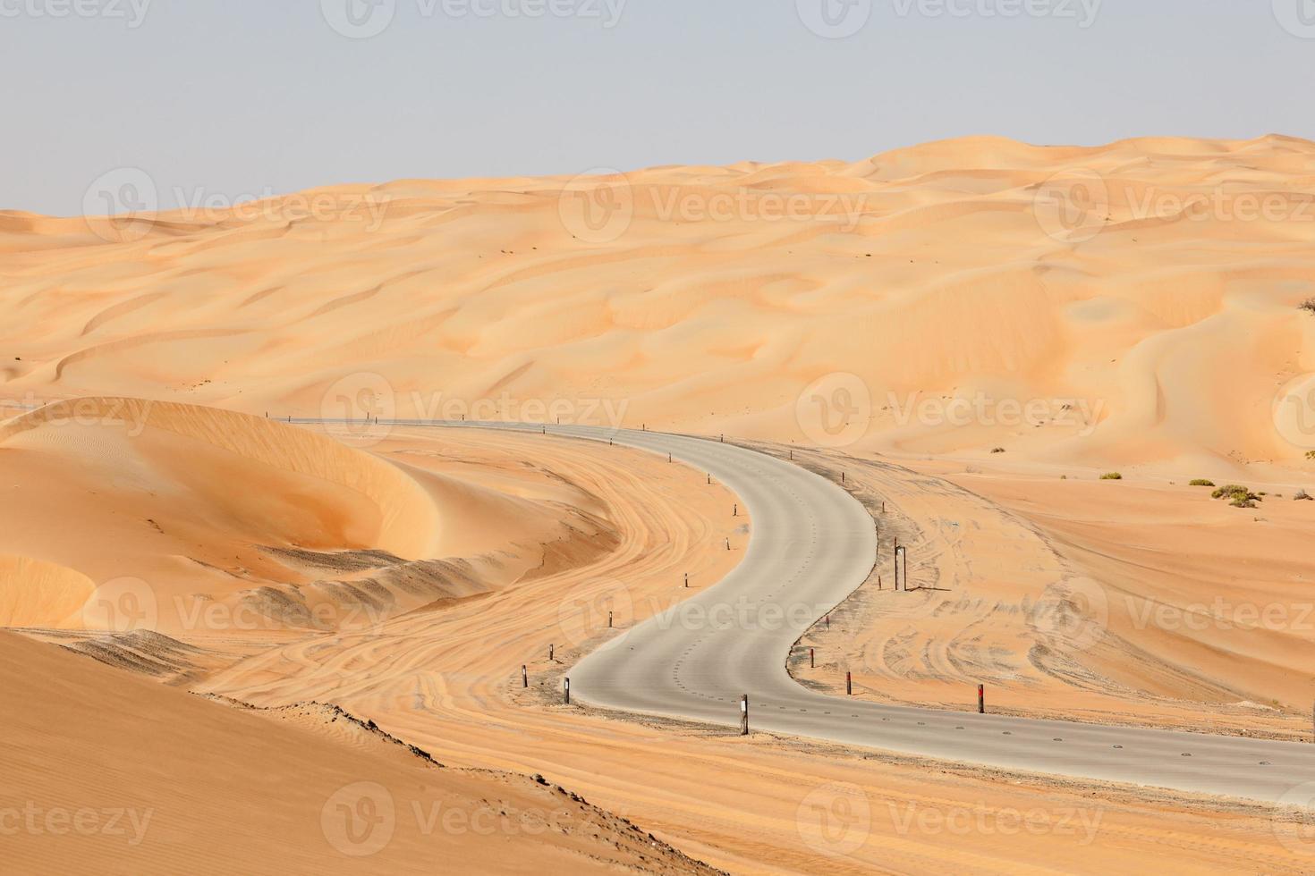 strada attraverso il deserto foto