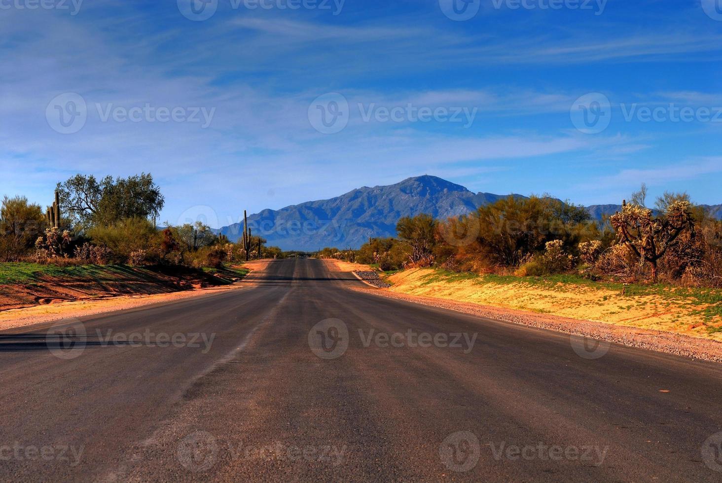 strada di montagna nel deserto foto