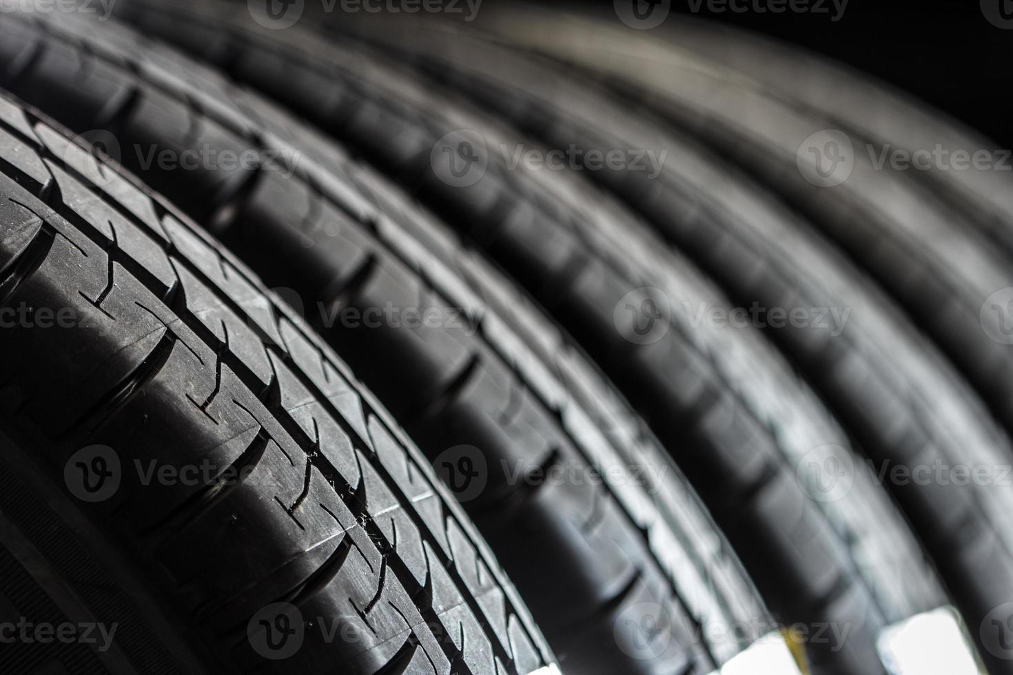 pila di pneumatici nuovi foto