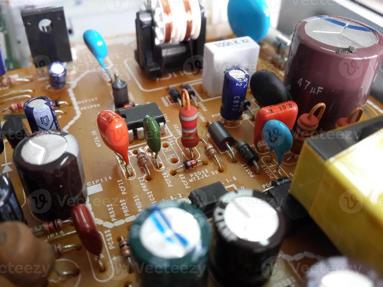 la resistenza rossa sul circuito stampato include la parte elettrica foto